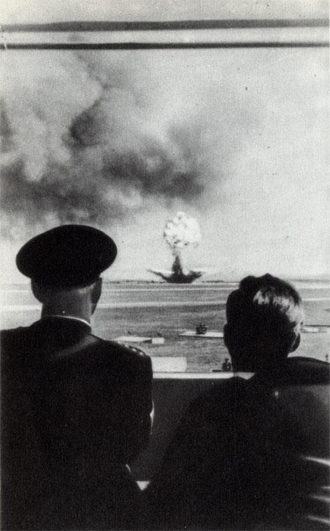 Кеннеди на испытаниях нового тактического оружия. Военщина делает свое дело, президент наблюдает...